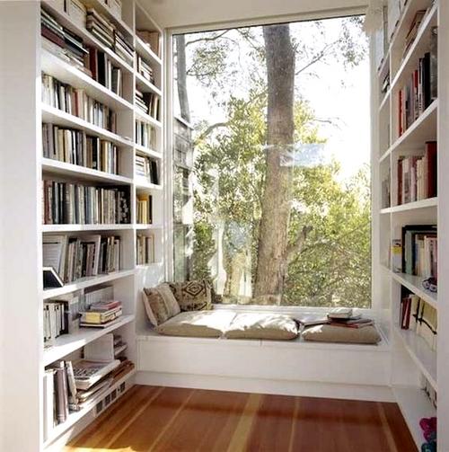 biblioteczka w wykuszu