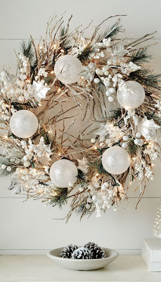 biały świąteczny wieniec